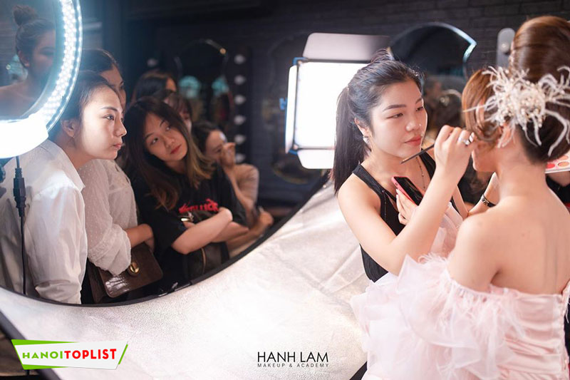 hoc-makeup-chuyen-nghiep-o-ha-noi-hanh-lam-makeup-academy