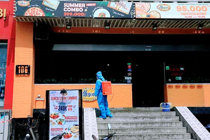 nhan-vien-y-te-phun-thuoc-tieu-doc-khu-trung-tai-nha-hang-pizza-106-tran-thai-tong